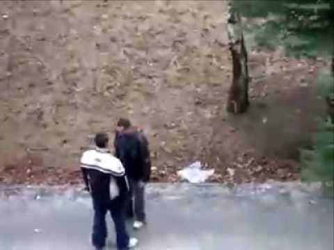 Hombre boxea a 2 que golpean a su mujer