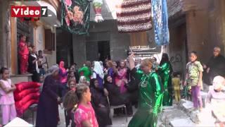 بالفيديو.. سيدة ترقص بـ«السنجة» فى فرح شعبى بمصر القديمة