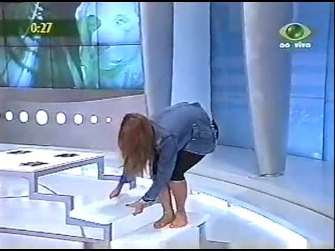 Mari Alexandre mostrando o cofrinho no Boa Noite Brasil 2005