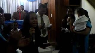Irmã Drielle louvando hino do irmão Lazaro