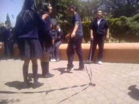 Preparatoria benito Juarez saltando la cuerda