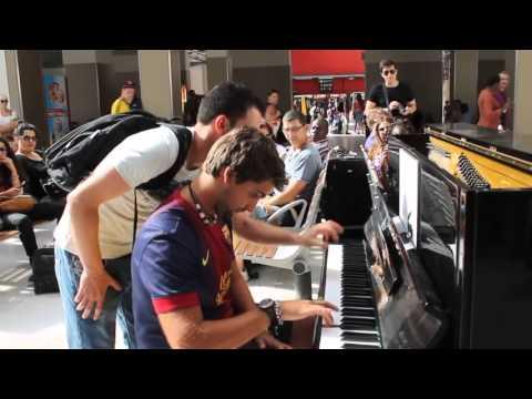 Deux inconnus jouent du piano dans la gare d Austerlitz