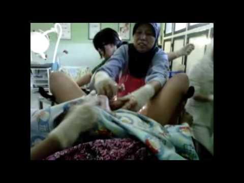 Video perjuangan hidup dan mati seorang ibu muda melahirkan dengan proses normal