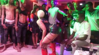 La Chanteuse Ivoirienne Vitale se dénude pendant un Spectacle !
