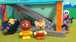 アンパンマン おもちゃアニメ  ブルブルとバイキン城ハウス❤ブルブルがカレーパンマンとパンを届けに来たよ❤︎ブルブルの大冒険!無事に届けられたかな?