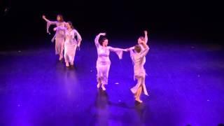 Orientalska Plesna Predstava Nekaj V Njenem Plesu