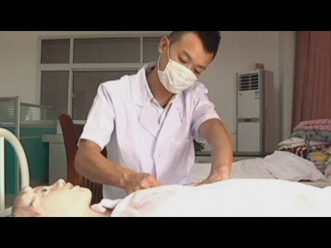 Male breast masseur helps new mothers produce milk in China