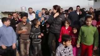 بكاء  أنجلينا جولي خلال زيارة النازحين في كردستان العراق
