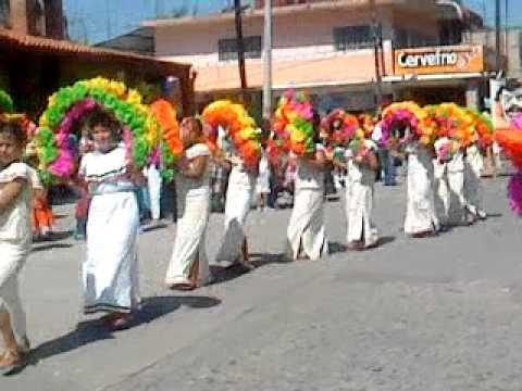 Bailando Arcos y Tejedores En el Desfile