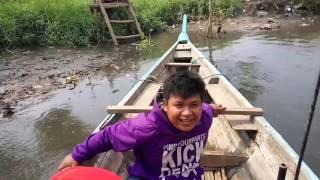 Si Bolang naik perahu.