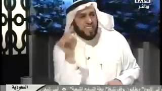 المذيع يقوم بتقبيل رأس الشيخ عمر الزيد بعد اﻷتصال