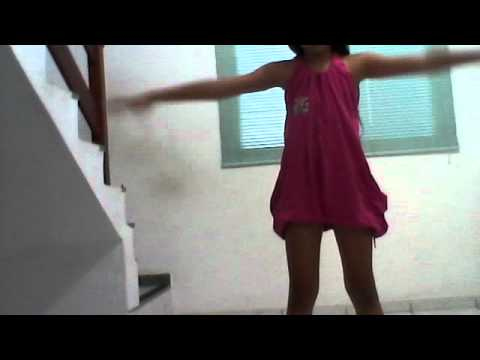 Ana Julia dançando . Waka waka