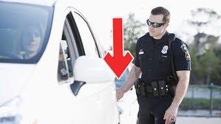 هل تعلم لماذا يلمس الشرطي عادةً الضوء الخلفي للسيارة أثناء توقيفها ؟