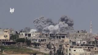 مشاهد عدة لقصف قوات النظام أحياء درعا البلد بالبراميل المتفجرة والغارات الجوية
