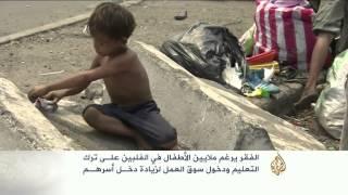 صورة طفل فلبيني فقير يراجع دروسه على الرصيف تغير حياة عائلته فيديو