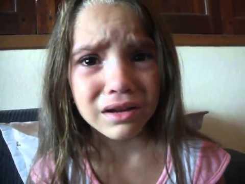 Menina chora pra mãe porque quer ser negra