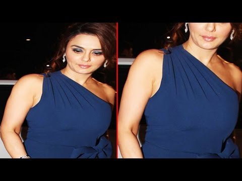 Gorgeous Preity Zinta Shows Off her Toned Body at Filmfare Awards