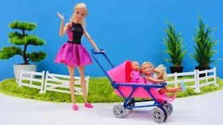 Barbie bebek arabası alıyor. Kız oyuncakları