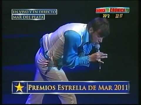 Martín Bossi interpretando a Sandro aren los Premios estrella de mar