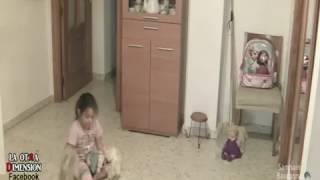 Rumah berhantu. Anak kecil diganggu hantu daripada anak patung.