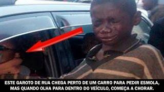 Este garoto de rua chega perto do carro para pedir esmola, mas quando olha para dentro do veículo