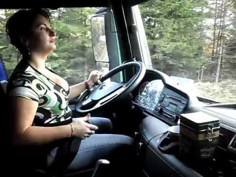 O adevarata soferita profesionista si unica din Romania pe camion de padure.