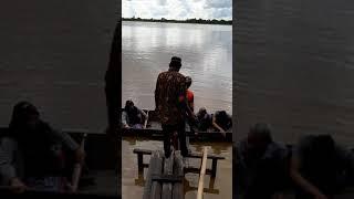 Orang kota pertama kali naik perahu khas suku dayak bakumpai