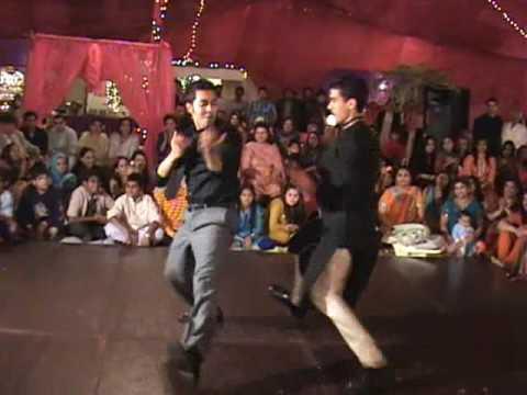 Mehndi in Pakistan Zeeshan and Lil Temur dancing on Sanias