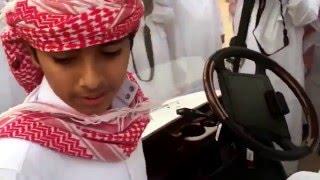طفل يرفض النزول من عربة أمير الرياض في السوق الشعبي