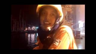 pelaut wanita yg lagi di wawancarai di atas kapal.