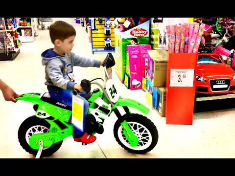 Xxx Mp4 Little Boy Playing At Toys R Us Superstore Fun For Kids 3gp Sex