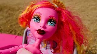 Monster High Gooliope Jellington bebek YILAN GİBİ soyuluyor!🔥ŞOK! Kız plaj oyunları! Kız oyuncakları