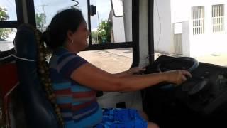 mulher dirigindo ônibus (Suely Uchoa)