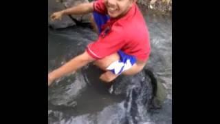 Bugil di sungai
