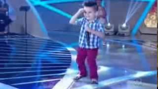 Menino cantando ´´bom dia meu bebe``