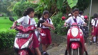 SISWA SD BEBAS NAIK MOTOR SENDIRI KE SEKOLAH  - HANYA DI INDONESIA
