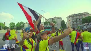 الحلقة 12 - مشجع مصري يتجول بعلم مصر وسط مشجعين كولومبيا