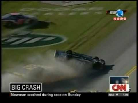 Carro voa após bater em corrida nos EUA