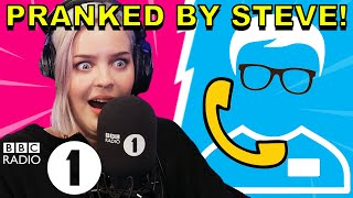 """How do you know THAT!?"": Anne-Marie PRANKED by Superfan Steve"