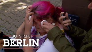 Mieser Fall von Mobbing? Passantin mit Glasflasche beworfen | Auf Streife - Berlin | SAT.1 TV