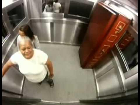 Camara oculta. Falso muerto en el ascensor. Humor by Multiorejano