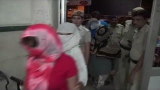 Live Video of Police Raid in Massage Center And Caught Girls and Boys Doing Wrong in India