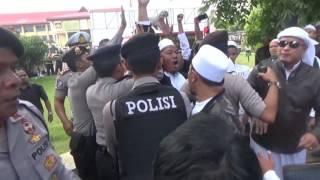 Massa FPI Ricuh dengan Massa GMBI Saat Pemeriksaan Rizieq Shihab di Polda Jawa Barat