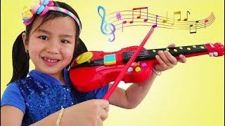 Jannie & Wendy مسرحية التظاهر مع لعبة الكمان الموسيقى & تغني أغاني الأطفال للأطفا | Colors and Toys