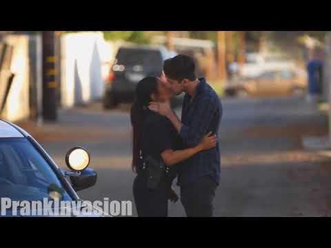 Xxx Mp4 Beijando Policiais Na Rua LEGENDADO 3gp Sex