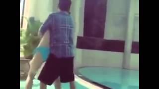 Nam thanh niên dạy người yêu tập bơi