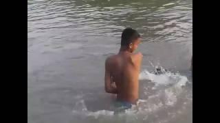 Lucu gokil anak mandi di sungai