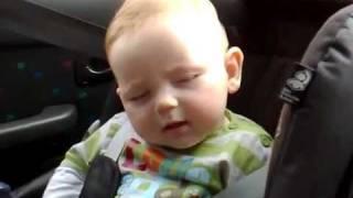 اجمل طفل يقاوم النوم تراه في حياتك