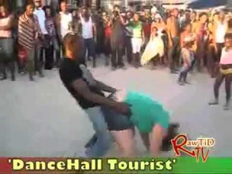 Garota branca Humilha em Praia Africana na nova dança do momento Senta No Meu Senta No dele
