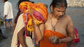 open bath in river | महिला ने लगाई आस्था की डूबकी | woman and girl bath l snan | शाही स्नान | india